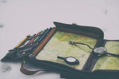 Kompass und kartenlüge auf rucksack stockfoto bild von diagramm