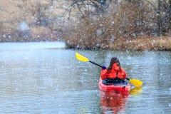 Winter Kayak fahrend Stockfotos