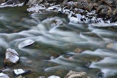 Winter, klarer Nebenfluss Lizenzfreies Stockbild