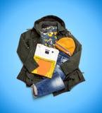 Winter kleidet die Sammlung, die auf blauem Hintergrund lokalisiert wird Lizenzfreie Stockfotos