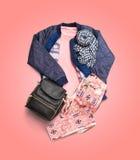 Winter kleidet die Sammlung, die auf rosa Steigungshintergrund lokalisiert wird Stockbilder