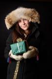 Winter kleidete junges Mädchen mit einem Weihnachtsgeschenk Lizenzfreies Stockbild