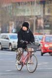 Winter kleideten Frau auf einem Fahrrad, Peking, China Lizenzfreies Stockfoto