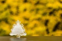 Winter kommt Weihnachtsbaum-Eisdekoration auf Herbsthintergrund Lizenzfreies Stockbild