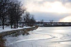 2017-Winter-Landschaft gefrorener Teich Lizenzfreie Stockbilder