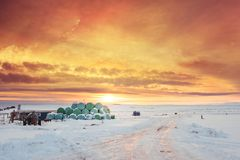 Winter-Landschaft, Landschaft im Sonnenuntergang mit klarem buntem Himmel, Island Lizenzfreies Stockfoto