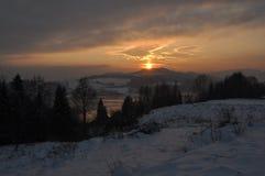 Winter-Landschaft nahe einem Mountainsee Stockbild