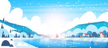 Winter-Landschaft von kleinen Dorf-Häusern auf Banken von den gefrorenen Fluss-und Gebirgshügeln bedeckt mit Schnee lizenzfreie abbildung
