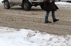 Winter Leute gehen auf einen sehr schneebedeckten Bürgersteig und eine Straße Leute treten auf eine eisige Bahn, eisiger Bürgerst Stockbilder