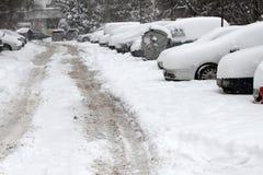 Winter Leute gehen auf einen sehr schneebedeckten Bürgersteig und eine Straße Leute treten auf eine eisige Bahn, eisiger Bürgerst Stockfoto