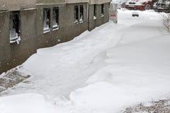 Winter Leute gehen auf einen sehr schneebedeckten Bürgersteig und eine Straße Leute treten auf eine eisige Bahn, eisiger Bürgerst Stockfotografie