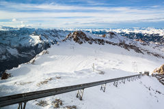 Winter mit Skisteigungen von kaprun Erholungsort Stockbilder