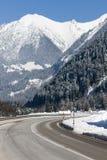 Winter moutain Landschaft, alpine Straße auf Österreicher Stockfotos
