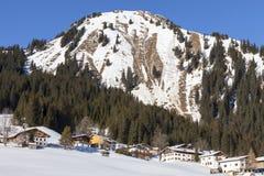 Winter moutain Landschaft, alpine Straße auf Österreicher Lizenzfreie Stockbilder