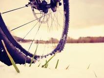 Winter mtb Reiten im schneebedeckten Land Niedrige Knöchelansicht zum Rad mit Schneeschlammreifen Stockfoto