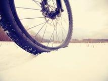 Winter mtb Reiten im schneebedeckten Land Niedrige Knöchelansicht zum Rad mit Schneeschlammreifen Lizenzfreie Stockbilder