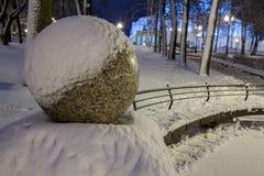 Winter, Nacht in einer Winterstadt, Winterstadt, Winter in einem Park, Schnee lizenzfreies stockfoto