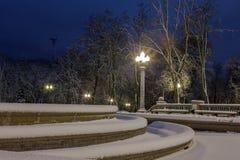 Winter, Nacht in einer Winterstadt, Winterstadt, Winter in einem Park, Schnee stockbilder