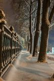 Winter, Nacht in einer Winterstadt, Winterstadt, Winter in einem Park, Schnee lizenzfreie stockbilder