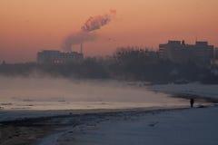 Winter nebelig, Sonnenaufgang an der Küste Stockbild