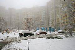 Winter, nebeliger Morgen im Hof eines mehrstöckigen Gebäudes Lizenzfreie Stockfotos