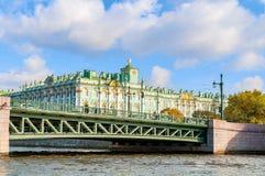 Winter-Palast auf dem Damm von Neva-Fluss und von Palastbrücke in St Petersburg, Russland Stockfoto
