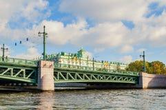 Winter-Palast auf dem Damm von Neva-Fluss und von Palastbrücke in St Petersburg, Russland Stockbild