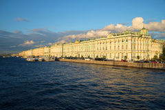 Winter-Palast- und Palastdamm des August-Abends St Petersburg Lizenzfreie Stockbilder