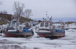 Winter-Parken von Flussbooten stockfoto