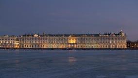 Winter Petersburg Ansicht über Neva River zur Einsiedlerei stock video footage