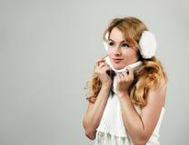 Winter-Porträt der blonden Frau auf grauem Hintergrund Stockfotografie