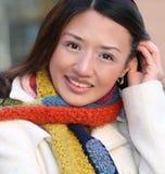 Winter: Portrait des asiatischen Mädchens im weißen Mantel lizenzfreie stockfotografie