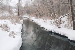 Winter ` s Geschichte Der Winternebenfluß im schneebedeckten Wald Stockbild