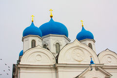 Winter Schöne orthodoxe Kirchen in Russland, mit hellen blauen Hauben Stockbild