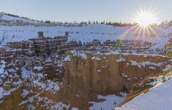 Winter, Schnee im Bryce - Berge im Hintergrund lizenzfreies stockbild