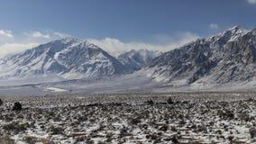 Winter, Schnee im Tal - Berge im Hintergrund stockfotografie