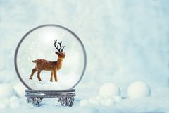Winter-Schnee-Kugel mit Ren-Zahl Lizenzfreie Stockfotografie