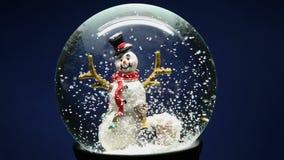 Winter-Schnee-Kugel mit Schneemann stock video