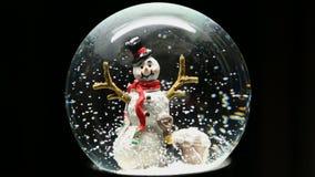 Winter-Schnee-Kugel mit Schneemann stock footage