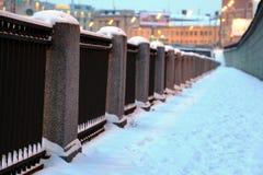 Winter Schnee-mit einer Kappe bedeckter Stadtdamm Stockfotos
