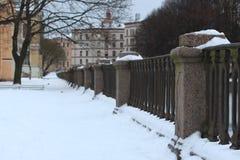 Winter Schnee-mit einer Kappe bedeckter Stadtdamm Lizenzfreie Stockfotografie