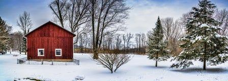 Winter-Schnee-Scheunen-Panorama-Szene Lizenzfreie Stockfotos