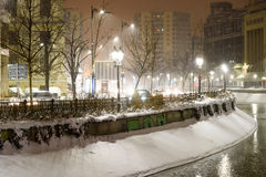 Winter-Schnee-Sturm in Bukarest-Stadt nachts Lizenzfreie Stockfotos