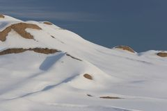 Winter-Schnee-Szene - Berg, Schnee und blauer Himmel Stockbilder