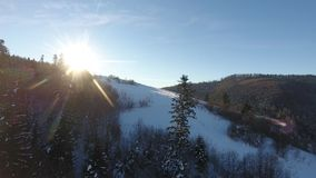 Winter-Schneelandschaft Berg-Pikuy Ukraine Vogelperspektivefliege vorbei Sonnenuntergangdämmerung Die Türkei, zentraler Taurus Mo stock video