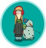 Winter, Schneemann - reizendes Mädchen hat einen Spaß im Schnee Lizenzfreie Stockfotos