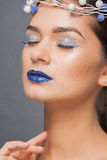 Winter-Schönheits-Frau Weihnachtsmädchen-Make-up Make-up Porträt der schönen jungen Frau mit silbernen Weihnachtsbällen Stockbild