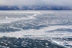 Winter Seelandschaft mit Sprung auf Eis Lizenzfreie Stockbilder