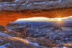 Winter-Sonnenaufgang Canyonlands Mesa Arch lizenzfreie stockfotos