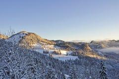 Winter-Sonnenaufgang im Bayern Stockfoto